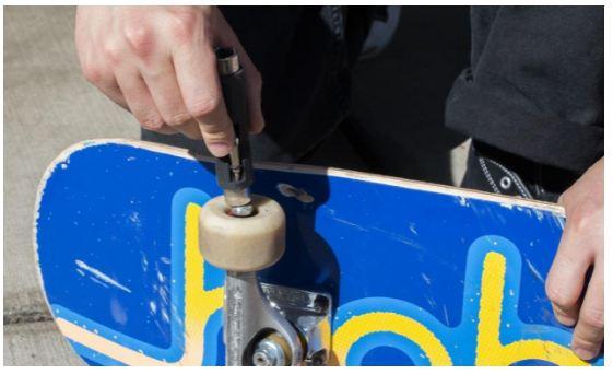 how to change wheels on skateboard